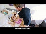 แอบเย็ดกับลูกสาวตัวเอง ตอนแม่นอนกับลูกแต่หลับ พ่อเลยฉวยโอกาสแวะเย็ดลูกสาว