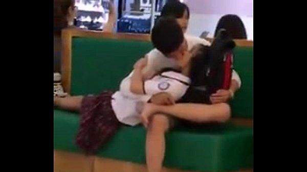 xxxแอบถ่ายทางบ้านนักเรียน พลอดรักกันกลางแจ้ง แบบโจ่งครึ้มเลยครับเด็ดจริงๆ กอดจูบดูดปาก แทบจะเย็ดกันอยู่แล้ว