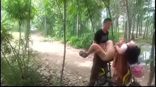 xxx คุณนายนัดเย็ดกับชู้ที่เป็นพลทหารในป่าละเมาะเอากันบนรถจักรยานไฟฟ้า ลีลาเด็ดมาก ๆ