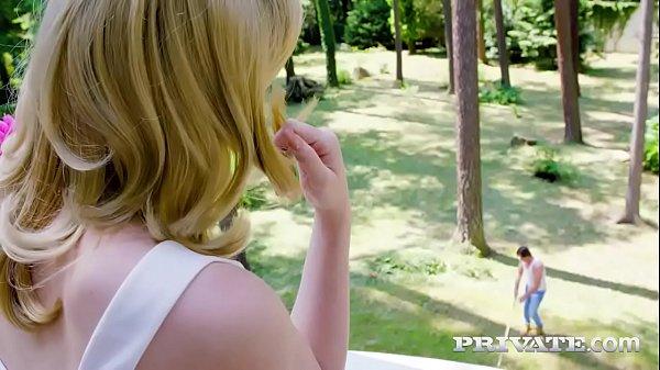 คุณหนูลูกไฮโซ ผิวขาวหน้าสวย เห็นคนสวนแล้วเงี่ยน มานอนยั่วให้เย็ดนอกบ้าน โดนซอยแตกใน 18+