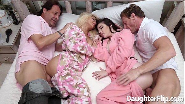 2คู่ 1เตียง เล่นเสี่ยว สวิ้งกันคาชุดนอน สวยๆทั้งนั้น นอนตะแคงซอย ครางเสียวมาก ห้ามพลาด