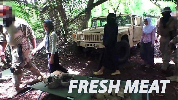 คลิปโป๊สาวอิสลาม xxx โดนทหารฝรั้งจับเย็ด ในค่าย รุมเย็ดอย่างมันส์ สวยๆทั้งนั้น โดนกระแทกหีโคตรมันส์