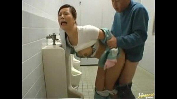 พนักงานล้างห้องน้ำสุดหื่น แอบดูควยคนที่มาเยี่ยว พอเจอควยใหญ่ๆก็ทนไม่ไหว คลานเข้าไปขออมควย โดนกระแทกหีคาโถเยี่ยว