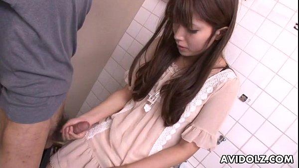 หนุ่มหื่น ดักข่มขืนสาวสวยในห้องน้ำสาธารณะ จับแก้ผ้าเลียหี แล้วบังคับให้อมควย ก่อนจับซอยหี ในห้องน้ำ