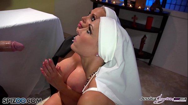 หนังโป๊ฝรั่ง 2แม่ชีสาว เข้าโบส์มาสารภาพบาป บาทหลวงบอกให้อมควยเพื่อล้างซอย แล้วถ้าเย็ดกับาทหลวงจะเสริมดวงชะตา 2สาวแย่งกันอมดูดขึ้นขย่ม รุมเย็ดบาทหลวงหนุ่มสุดหล่อ เย็ดกันในโบส์