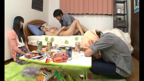 หนังโป๊ ปาร์ตี้วันหยุด ของหนุ่มสาวมหาลัย ชวนเพื่อนชายมากินเหล้าที่ห้อง พอเพื่อนเมาหลับ ก็แอบจับถอดกางเกง รูดอมหัวควยจนแข็ง แล้วข่นค่อม ร่อนเอว จนเพื่อนตื่น เลยโดนพลิก จับนอนหงาย แล้วซอยหอย