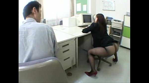 หนังโป๊ สาวออฟฟิตขี้เงี่ยน ถกกระโปรงทำงาน นั่งอ่อยเหยื่อเพื่อนร่วมงาน โดนจับเลียหี เย็ดบนโต๊ะทำงาน หุ่นอวบก้นใหญ่