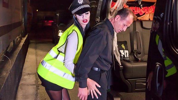 ตำรวจสาวร่านเซ็กแอบเย็ดผู้ต้องหาPorn XXX ลากมาขย่มโม๊คควยในรถ นมใหญ่เย็ดร่องนม