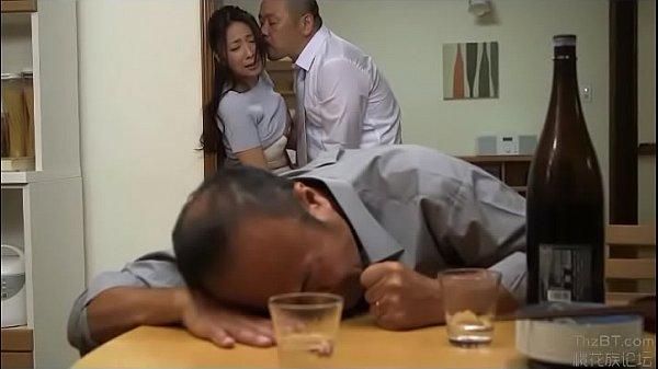 สาวใหญ่ร่านหีมอมเหล้าผัวAv japan แอบเล่นชู้นัดเพื่อนผัวมาเย็ด 69ขย่มควยโดนเย็ดแตกใน