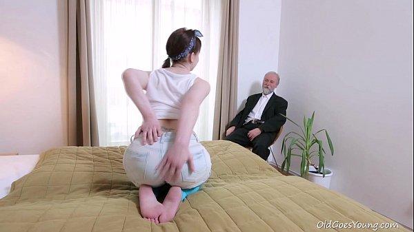 หนุ่มแก่ขี้เงี่ยนจ้างเด็กมาเย็ดPorn XXX ตัวเล็กหีสวยนอนอ้าขาให้เลียหีกลีบชมพูหีกะทิ ขึ้นร่อนขย่มควย