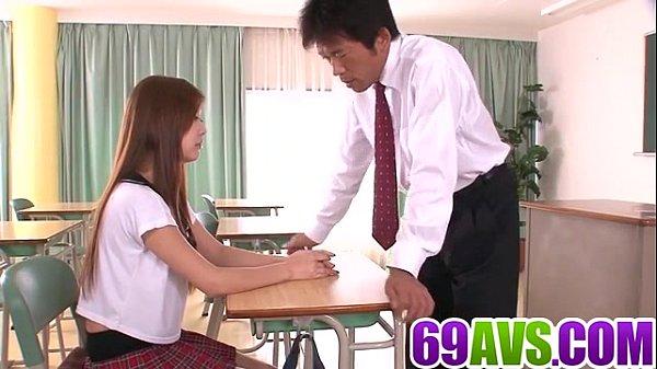 นักเรียนม.ปลายให้ท่าคุณครู สาวตัวเล็กขี้เย็ดPorn japan แอบมีเซ็กเย็ดกับครูล่อกันในห้องเรียน