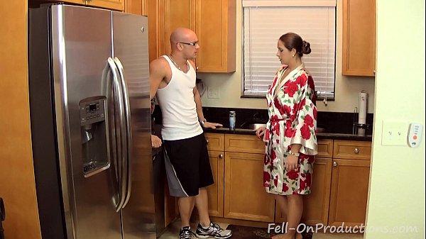 สาวใหญ่เล่นชู้เปิดประตูรับกิ๊กPorn XXXแอบเย็ดตอนผัวไม่อยู่สาวอวบหีใหญ่โดนกระแทกเย็ดXXXในครัว