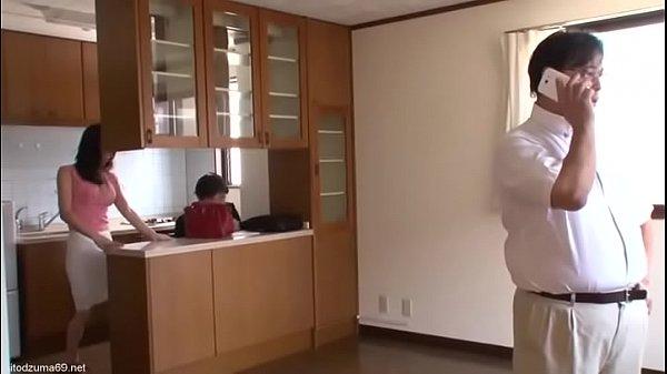 สาวใหญ่เล่นชู้กับเซลขายบ้านเห็นหนุ่มหล่อแล้วร่านPorn japanให้ผัวยืนรอขณะที่ตัวเองกำลังเย็ด